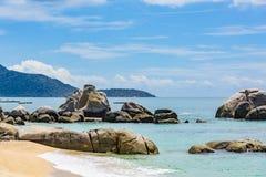 Rochas da costa de Vietname do mar do Sul da China fotos de stock