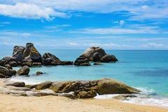 Rochas da costa de Vietname do mar do Sul da China foto de stock royalty free