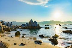 Rochas da costa de Vietname do mar do Sul da China imagem de stock