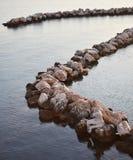 Rochas da curva no mar fotografia de stock royalty free