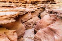 Rochas da garganta vermelha no deserto perto da cidade de Eilat, Israel Imagens de Stock Royalty Free