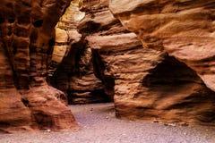 Rochas da garganta vermelha perto da cidade de Eilat, Israel Fotos de Stock