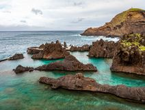 Rochas da lava na piscina natural, Porto Moniz, Madeira, Portugal foto de stock royalty free