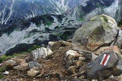 Rochas da montanha e sinal do trajeto Imagens de Stock