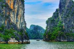 Rochas da pedra calcária da baía de Halong - Vietname foto de stock royalty free