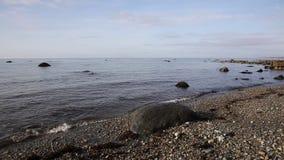 Rochas da praia de Criccieth e costa Gales norte Reino Unido video estoque