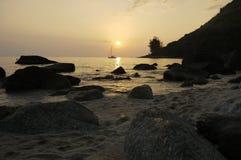 Rochas da silhueta de Phuket e barco em um mar dourado, ajuste do sol com luz no mar Fotografia de Stock Royalty Free