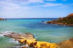 Rochas da vista panorâmica perto do mar em Malta Imagens de Stock Royalty Free