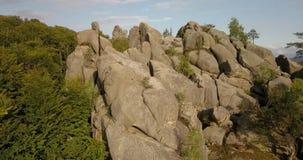 Rochas de Dovbush em Bubnyshche - um lugar legendário, o monastério antigo da caverna em pedregulhos fantásticos entre florestas  filme