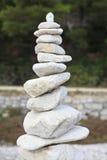 Rochas de equilíbrio brancas Fotos de Stock Royalty Free