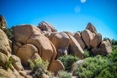 Rochas de equilíbrio do deserto em Joshua National Park, Califórnia imagem de stock