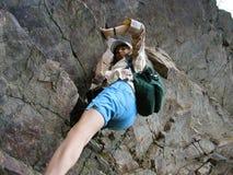 Rochas de escalada da menina, esforçando-se ao pico da montanha Imagens de Stock