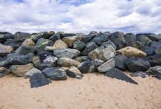 Rochas de pedra na praia selvagem Imagem de Stock