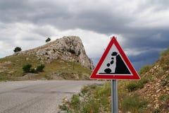 Rochas de queda do sinal de estrada do corrimento fotografia de stock