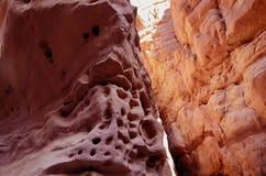 Rochas de uma garganta vermelha no deserto de Eilat do sul Fotografia de Stock Royalty Free
