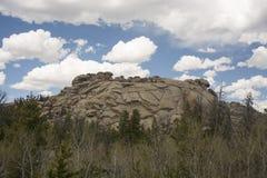 Rochas de Vedauwoo sob o céu nebuloso azul fotos de stock