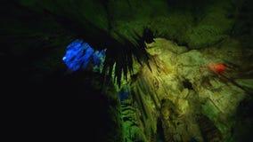 Rochas dentro da caverna antiga de montanhas caucasianos em Kutaisi, curso a Geórgia filme