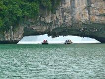 Rochas do cársico da baía de Halong Fotografia de Stock Royalty Free
