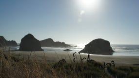Rochas do monte de feno no litoral de Oregon fotografia de stock