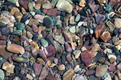 Rochas do rio no rio da montanha Fotos de Stock
