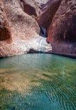 Rochas e água australianas do interior imagens de stock royalty free