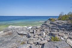 Rochas e água em uma costa só imagens de stock royalty free