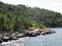 Rochas e árvores ao longo da costa do Oslofjord, Noruega fotos de stock