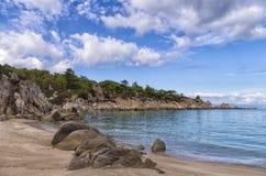 Rochas e areia em uma praia pequena bonita em Sithonia, Grécia Fotografia de Stock