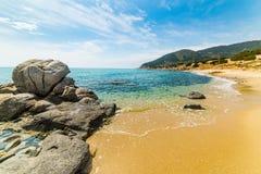 Rochas e areia na praia Porto Sa Ruxi em Villasimius fotografia de stock royalty free