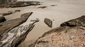 Rochas e areia no beira-mar Fotos de Stock Royalty Free