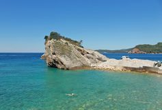 Rochas e barco na ilha de São Nicolau em Budva, Montenegro Praia do paraíso na ilha no mar Conceito do curso ilustração royalty free