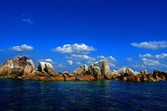 Rochas e céu azul imagens de stock