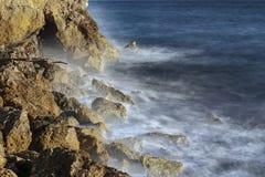 Rochas e espuma do mar foto de stock royalty free