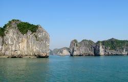 Rochas e ilhas da baía longa do Ha perto da ilha de Cat Ba, Vietname Fotografia de Stock
