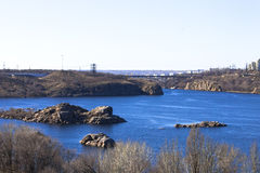 Rochas e lago marítimo-fluvial beach Imagem de Stock