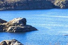 Rochas e lago marítimo-fluvial beach Fotografia de Stock Royalty Free