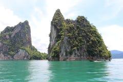 Rochas e longo-cauda do limestgone da opinião da paisagem do lago do lan de Cheow foto de stock royalty free