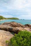 Rochas e mar com céu azul Fotografia de Stock Royalty Free