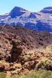 Rochas e a montanha contra o céu azul Imagens de Stock Royalty Free