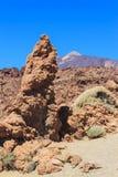 Rochas e a montanha contra o céu azul Imagens de Stock