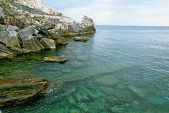 Rochas e o mar, Lord Byron Cave imagens de stock