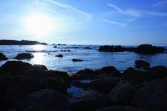 Rochas e oceano no por do sol Imagens de Stock
