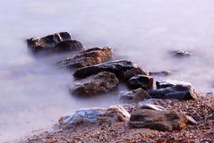 Rochas e onda do mar Imagens de Stock Royalty Free
