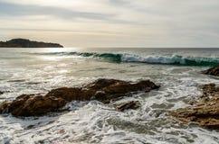 Rochas e ondas de quebra do Laguna Beach, litoral de Califórnia Imagem de Stock Royalty Free