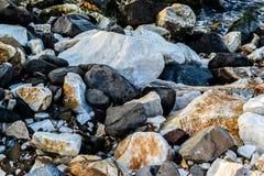 Rochas e pedras no litoral Foto de Stock