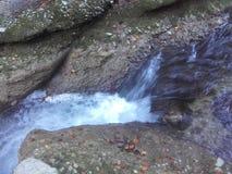Rochas e rio imagem de stock