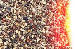 Rochas e seixos coloridos diferentes em uma praia Fotografia de Stock