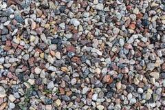 Rochas e seixos coloridos diferentes em uma praia Foto de Stock