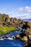 Rochas e um rio no parque nacional Thingvellir em Islândia 12 06,2017 Fotos de Stock Royalty Free
