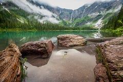 Rochas em The Edge do lago avalanche imagens de stock
